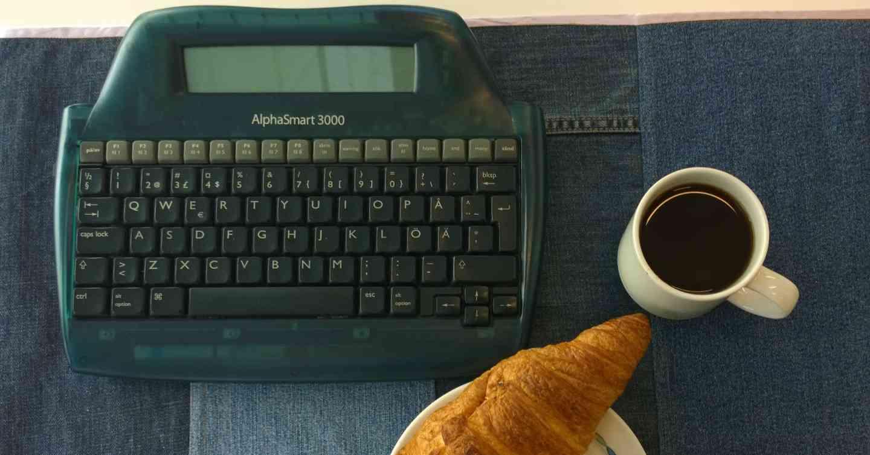 AlphaSmart 3000 on kätevä ja kestävä kirjoituskone. Sen voi liittää tietokoneeseen usb-piuhalla ja lähettää kirjoitetut tekstit.
