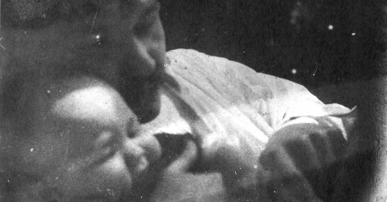 Axel ja Impi Marjatta 1891. Harvinainen kuva isästä ja tyttärestä Ateneumin loisteliaasta vuoden 1996 näyttelykirjasta Akseli Gallen-Kallela. Rajattu nettijulkaisua varten.