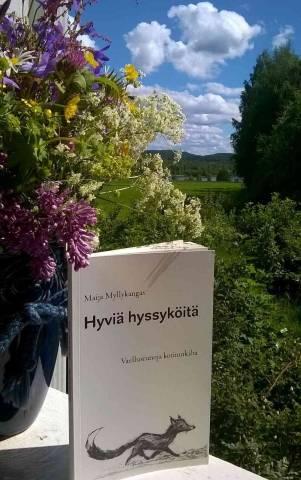 Maija Myllykankaan Hyviä hyssyköitä -runokirja runoilijan terassilla Jäähdyspohjassa. Kuva: Maija Myllykangas.