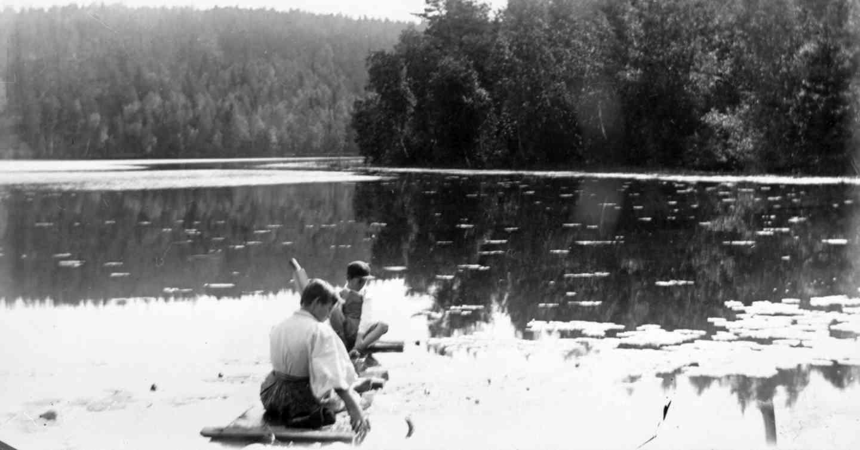Intiaanipojat lautalla. Kuva: I. K. Inha. (Aamu Nyströmin kokoelma/Jäähdyspohjan kyläyhdistys.)
