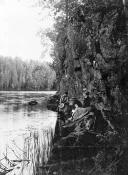 Sisaret Helma, Tyyni ja Saima Karsasjärven rannalla. Kuva: I. K. Inha. (Aamu Nyströmin kokoelma/Jäähdyspohjan kyläyhdistys.)