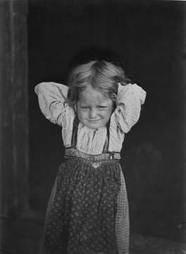 Miinoan Savinan talon Okku-tyttö, joka mursi valokuvaajan sydämen 1894. Kuva: I. K. Inha, Juminkeon arkisto.