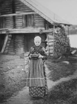 Miitrein Tatjana auttamassa äitiään Kostamuksen praasniekassa 1894. Kuva: I. K. Inha, Juminkeon arkisto.
