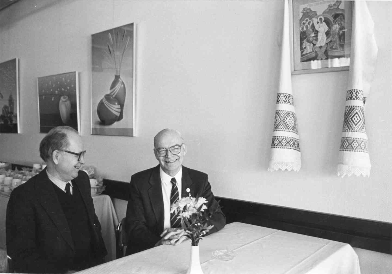 Vuokkiniemeläissyntyinen, Lapualla asuva opettaja Heikki Kyyrönen pakajamassa professori Pertti Virtarannan kanssa heimomurkinalla Jyväskylässä 1990. Kuva: Maija Myllykangas.