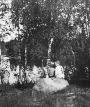 Aino ja Unto Syrjänniemen kivellä, osasuurennos. Kuva: I. K. Inha. (Lähde: Jäähdyspohjan kylälehti 1990, WSOY:n kuva-arkisto.)