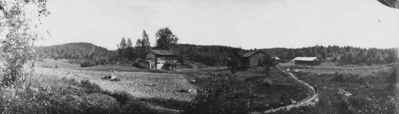 Rimmin torppa, josta lähtee polku Helvetinkolulle. Kuva: I. K. Inha. (Aamu Nyströmin kokoelmat / Jäähdyspohjan kyläyhdistys.)