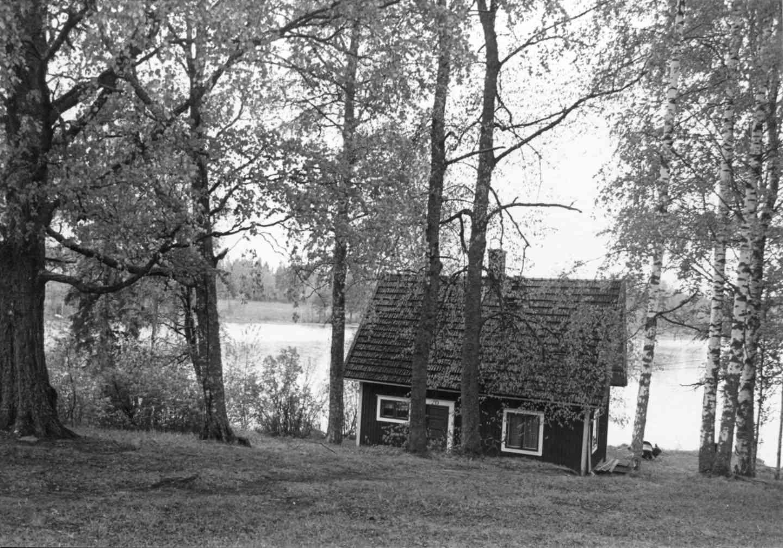 Syrjänniemen Kimalle siirrettiin myöhemmin Ruoveden Visuvedelle. Vuonna 1990 se toimi osuuskaupan kesäpaikkana. Kuva: Maija Myllykangas.